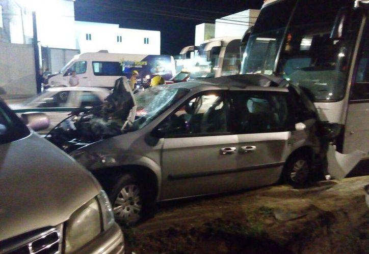 Camión ocasiona carambola en el bulevar Colosio. (Redacción/SIPSE)