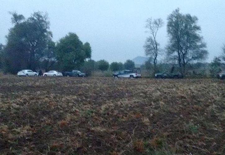 Autoridades poblanas encontraron al menos 10 tambos con restos humanos en un paraje de Yepaxotlan, en el municipio de Calpan. (e-consulta.com)