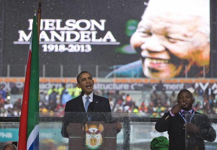 El individuo no fue identificado, pero fue visto por todo el mundo en la televisión cerca de líderes mundiales como el presidente estadunidense Barack Obama. (Agencias)