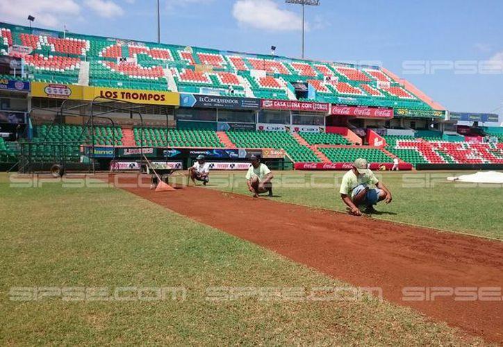 Trabajadores laboran a marchas forzadas para tener listo el parque Kukulcán. Este viernes inicia la temporada de la Liga Mexicana 2017, con el partido Leones de Yucatán vs Tigres de Quintana Roo. (Félix Zapata/SIPSE)