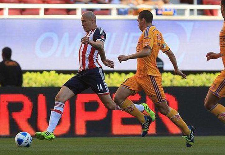 Chivas y Tigres aburrieron al escaso público que se dio cita en el estadio Omni Life. (Agencias)
