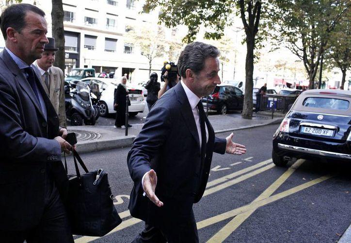 El expresidente de Francia Nicolas Sarkozy a su llegada a un hotel en París. Hoy anunció su regreso a la política. (Agencias)