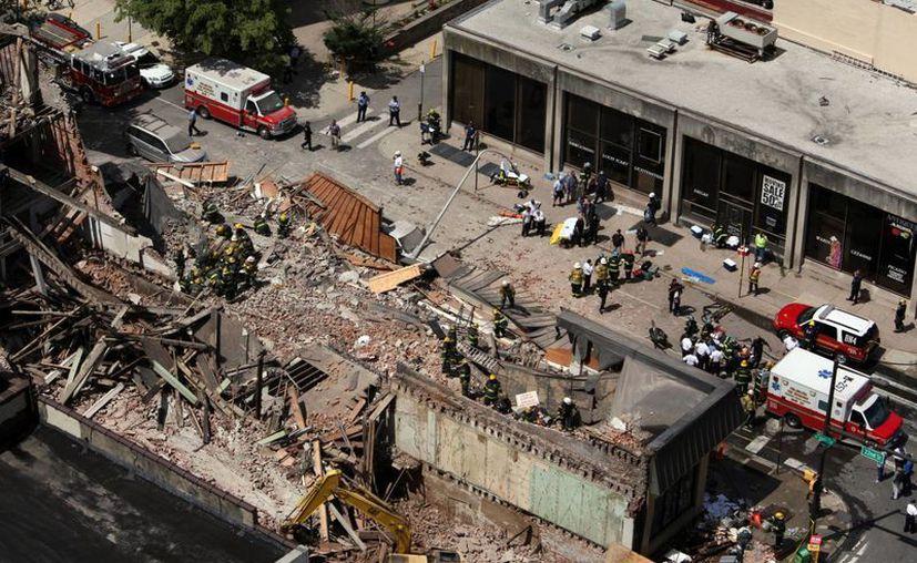 Las cadenas de televisión estadunidenses muestran en directo cómo los equipos de emergencia evacuan a algunos heridos en ambulancia. (Agencias)