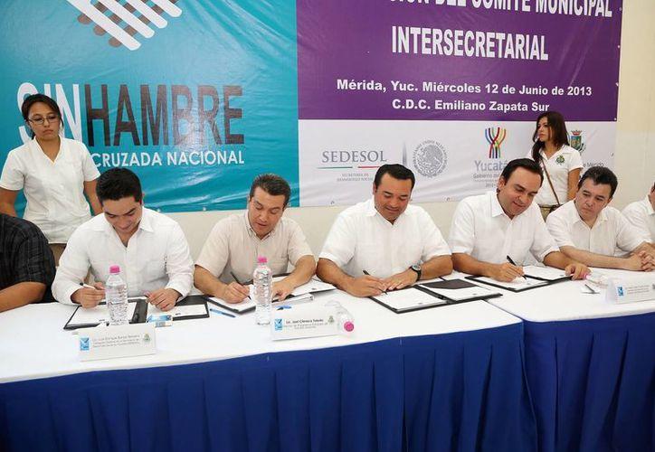 Funcionarios de los tres niveles de Gobierno firmaron el convenio para la Cruzada contra el Hambre. (SIPSE)