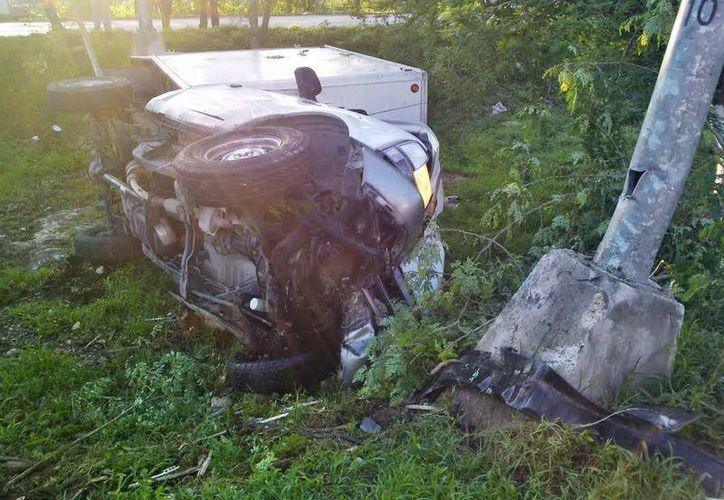 La camioneta quedó accidentada en la hondonada central del periférico con todo el frente destrozado. (Milenio Novedades)