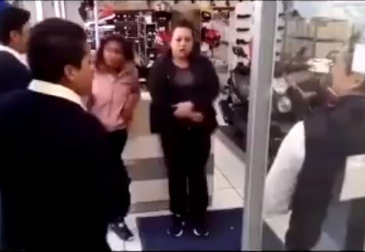 Empleados cuestionaron a las mujeres que presuntamente intentaban robar unos zapatos. (Foto: Captura)