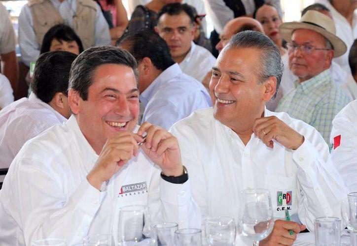 El candidato del PRI a gobernador de Tamaulipas, Baltazar Hinojosa y el dirigente nacional del partido, Manlio Fabio Beltrones, quienes realizaron un recorrido por la entidad este sábado. (Facebook)