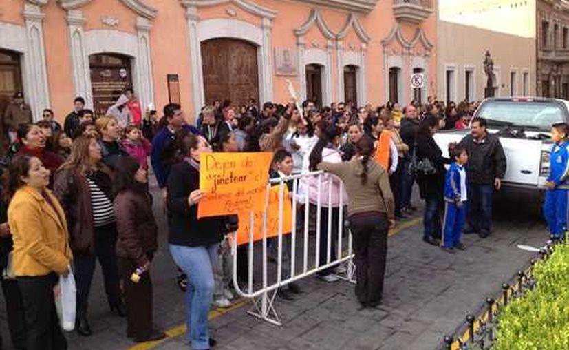 Maestros adheridos al SNTE irrumpieron en la sede del gobierno de Coahuila para exigir justicia. (Leopoldo Ramos/La Jornada)