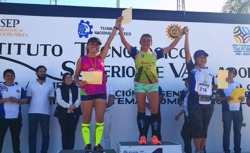 Estefany Fernández (2), Rubí Silva (1) y Laura Cupul, en el podio. (Novedades Yucatán)