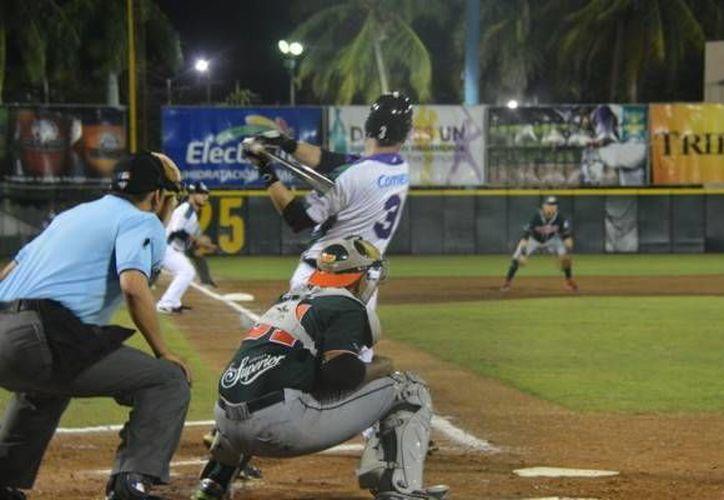 El partido entre Leones y Delfines estuvo parejo hasta la sexta entrada, pero al final el equipo de Ciudad del Carmen ganó en partido de la Liga Mexicana de Beisbol. (SIPSE)