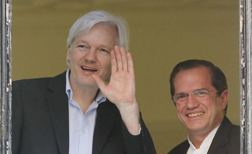 El ministro de Asuntos Exteriores de Ecuador, Ricardo Patiño (dcha), y el fundador de WikiLeaks, Julian Assange en la embajada ecuatoriana en Londres. (Archivo/EFE)