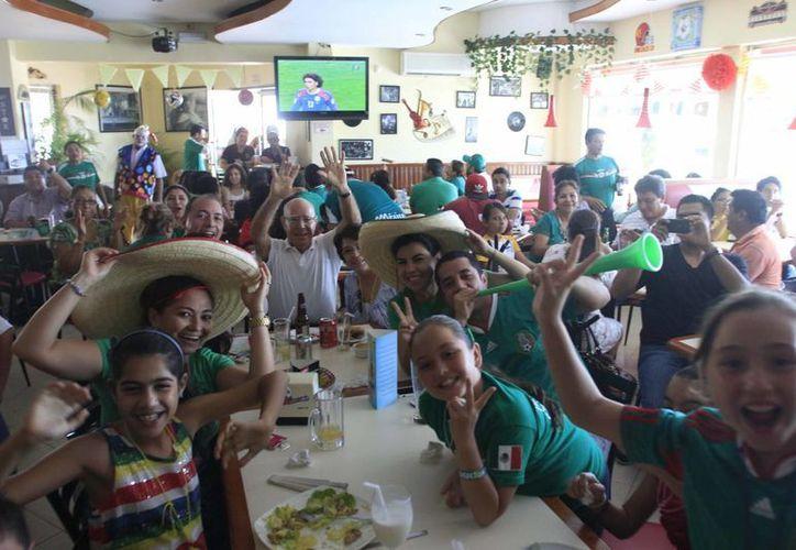 El encuentro del Tricolor contra Brasil, provocó una concentración masiva en diversos establecimientos, que concluyó con una celebración en alrededores de Congreso local. (Harold Alcocer/SIPSE)