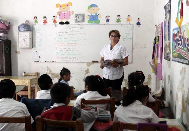 Miles de maestros recibieron ayer el primer pago de la compensación nacional única, por mil 690 pesos. (Milenio Novedades)