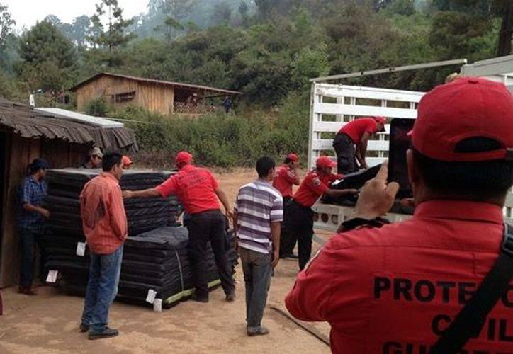 Personal de Protección Civil del estado de Guerrero llevó ayuda a las familias refugiadas en la localidad de Puerto Las Ollas. (Notimex)