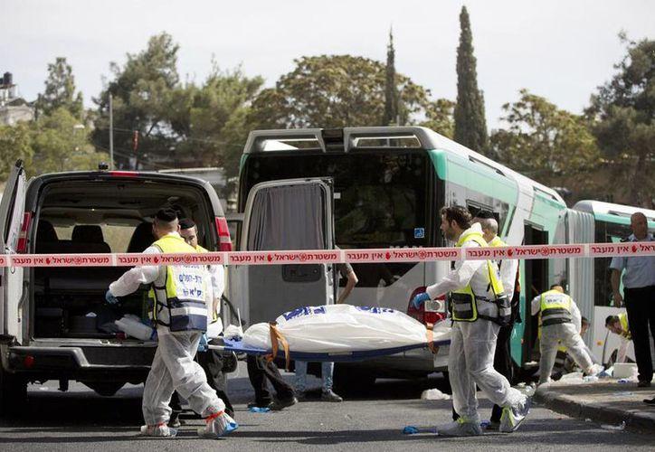 En la imagen, personal de emergencias al transportar el cuerpo de una persona atacada por palestinos. (AP Foto/Oded Balilty)