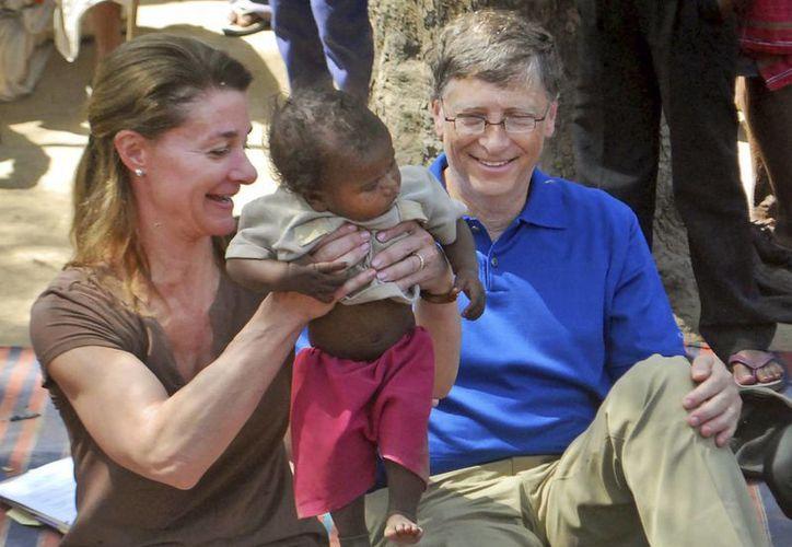 El fundador de Microsoft Corp. y filántropo Bill Gates y su esposa Melinda conviven a un niño de la comunidad Mushar en la India en marzo de 2011. (Agencias)