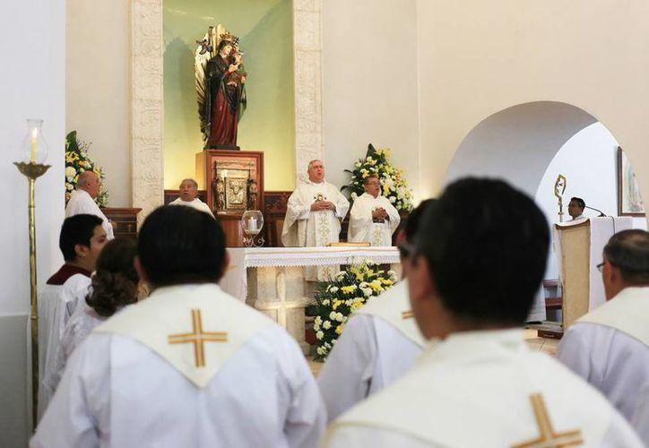 Monseñor Emilio Carlos Berlie durante la misa en Itzimná por el 40 aniversario sacerdotal de monseñor Joaquín Vázquez Ávila y Fernando Zapata Vázquez. (Milenio Novedades)