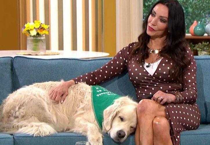 Una mujer decidió casarse con su perro, durante un programa de televisión, en Reino Unido. (Impresión de pantalla)