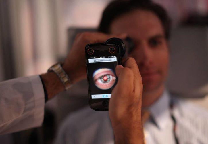 Un estudiante de Medicina observa el interior de un ojo con ayuda de un smartphone especial en Washington. (Agencias)
