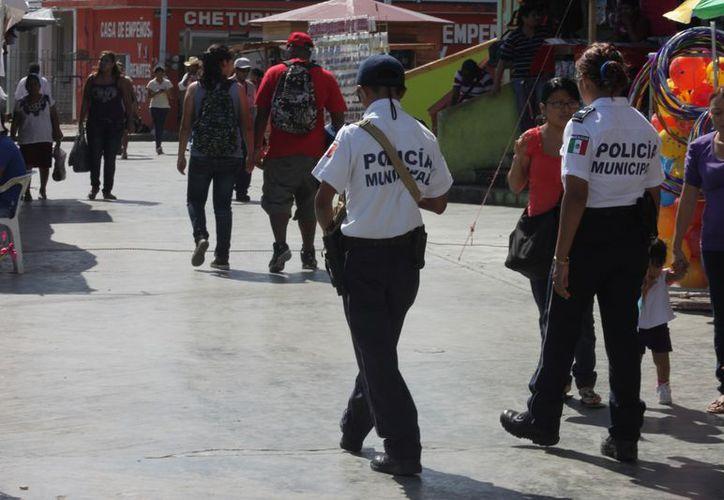 Los agentes policiales realizando la vigilancia de la ciudad a fin de garantizar la seguridad de sus ciudadanos. (Juan Palma/SIPSE)