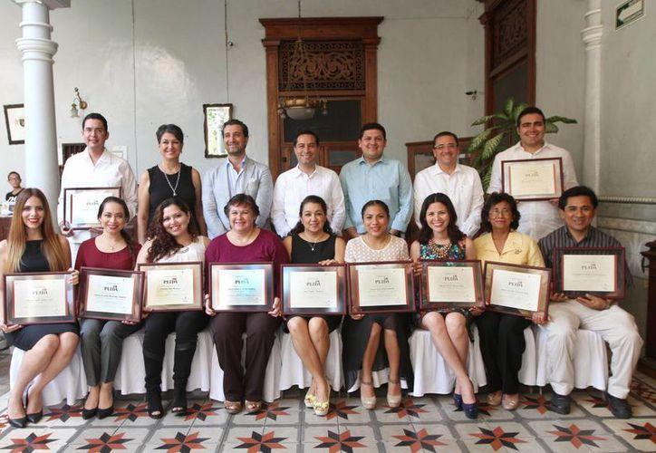 Un total de 13 servidores turísticos aprendieron a comunicarse en italiano con apoyo del Ayuntamiento de Mérida. Aquí aparecen con sus certificados. (Foto cortesía del Ayuntamiento meridano)