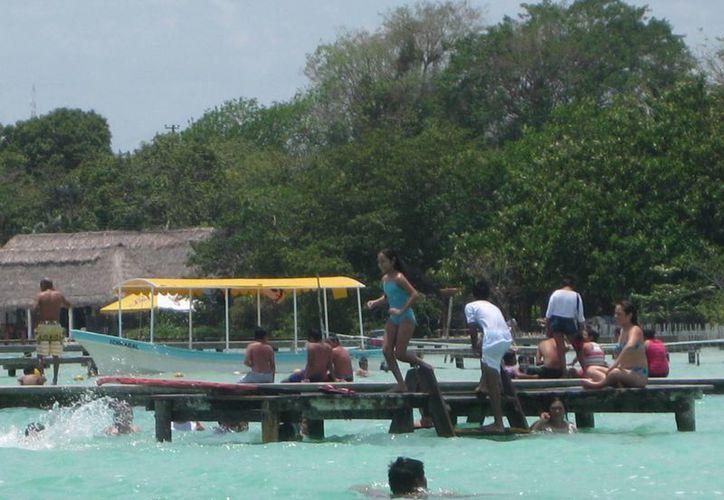 Los visitantes llegaron a los sitios turísticos de Bacalar, muchos de ellos motivados por la final del fútbol. (Javier Ortiz/SIPSE)