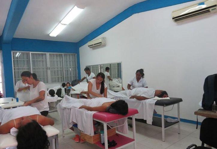 Les dieron servicios de masaje, maquillaje y otros. (Joel Zamora/SIPSE)