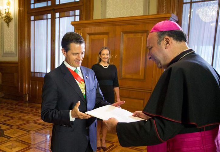 El presidente Enrique Peña Nieto y el embajador de la Santa Sede, Franco Coppola, durante la entrega de credenciales de 20 nuevos representantes de naciones en este país. (Imagen tomada de gob.mx)