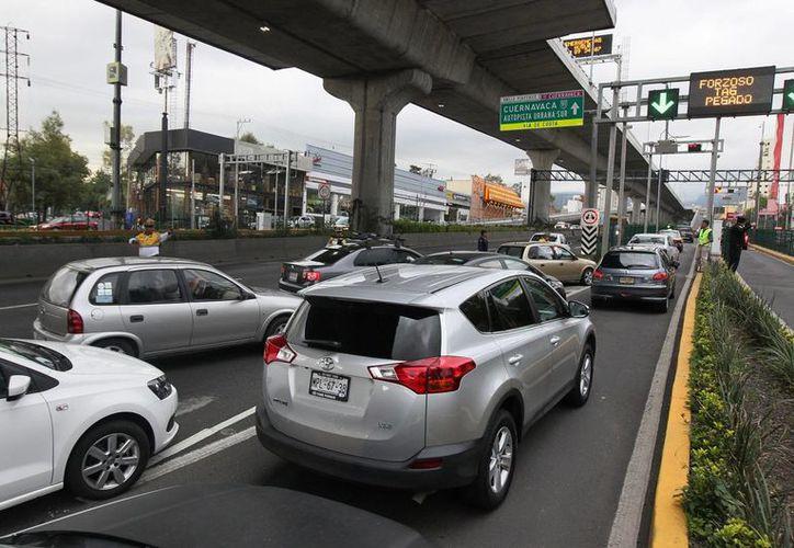 Según la OCDE, México es el cuarto país que menos cobra impuestos a los combustibles para el transporte. Imagen de automovilistas en la Ciudad de México. (Archivo/Notimex)