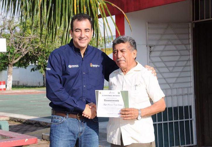 El Maestro Miguel recibió un homenaje por s u trayectoria de enseñanza. (Redacción/SIPSE)