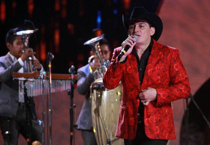 El cantante José Manuel Figueroa anunció un nuevo espectáculo ecuestre. Imagen de archivo de la entrega de los Premios Bandamax, en el Palacio de los Deportes. (Archivo/Notimex)