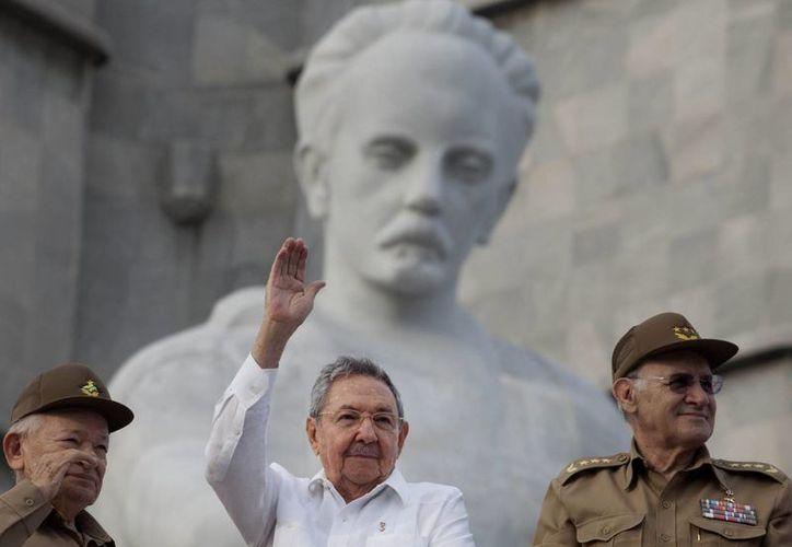 Raúl Castro (centro), presidente cubano, en el acto con motivo del Día del Trabajo. (Agencia)
