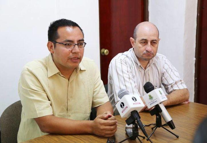 El jefe del Departamento de Espectáculos del Ayuntamiento de Mérida, Roberto Acevedo Acosta (izq) en conferencia de prensa para informar de los cierres de calles por festejos decembrinos. (SIPSE)