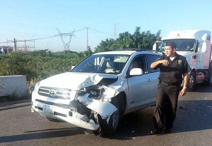 Juliana Gorocica Álvarez daño su Toyota Rav-4 al no medir bien su distancia al circular por el el complicaod cruce vial del Anillo Periférico. (José Pallota/SIPSE)
