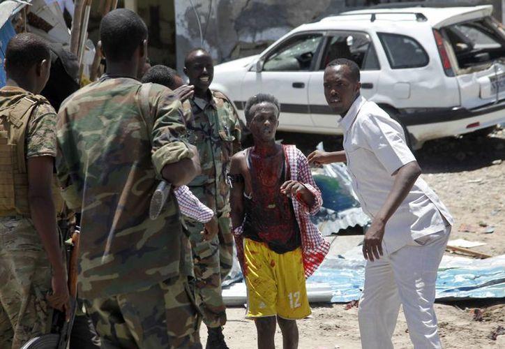 La escena después del atentado explosivo en Mogadiscio, Somalia. (AP/Farah Abdi Warsameh)