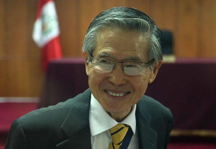 El expresidente peruano Alberto Fujimori llegó por sus propios medios a la clínica donde es revisado. (EFE)