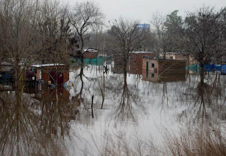 Casas bajo el agua se observan en la provincia de Lujan, en Argentina, este martes 11 de agosto de 2015. El país sufre de intensas lluvias que se prevé continuarán por lo menos hasta el próximo viernes. (AP)