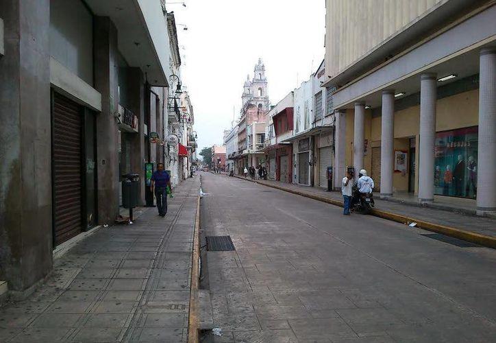 Pocos circulan por las calles del Centro. (Johnny Echeverría/SIPSE)