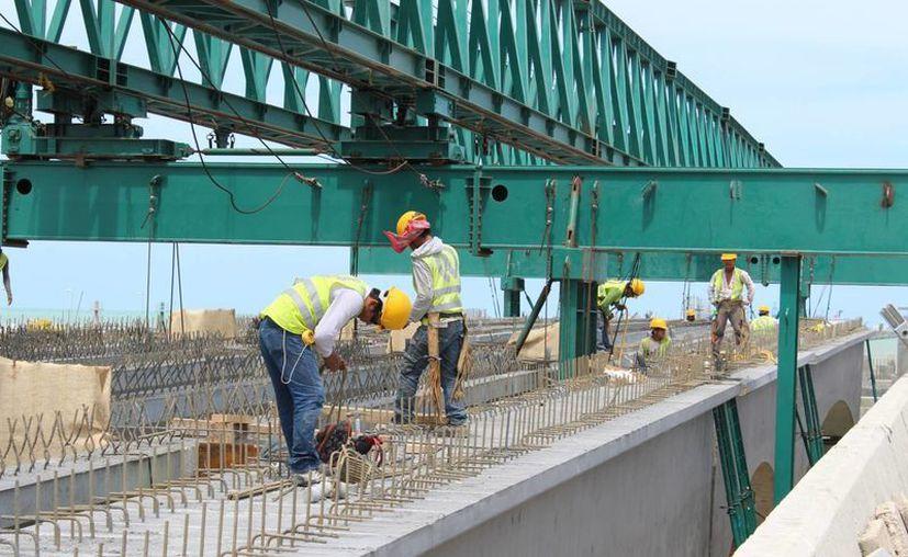 Este martes prosiguieron los trabajos de construcción en el viaducto alterno al muelle de Progreso. (Foto: Gerardo Keb/Milenio Novedades)