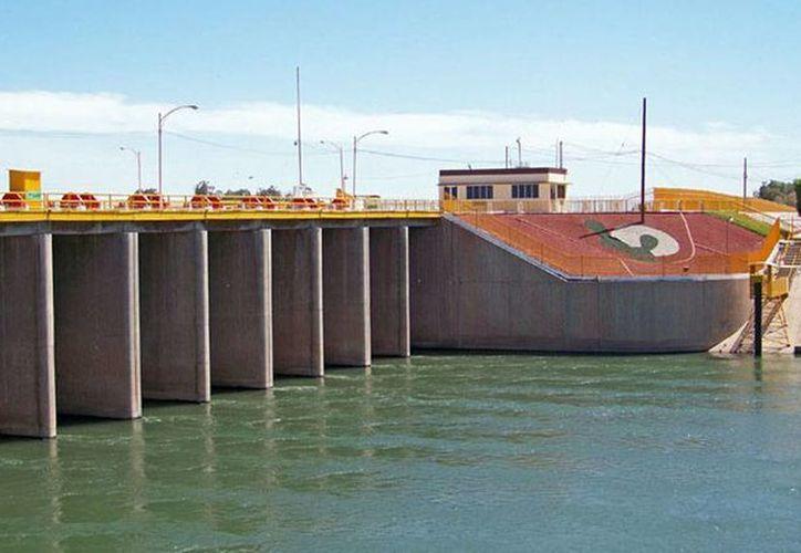 Las compuertas de la presa Morelos, un kilómetro y medio al sur de la frontera de México con Estados Unidos, se abrirán el 23 de marzo para causar una inundación artificial. (cuervos.com.mx)