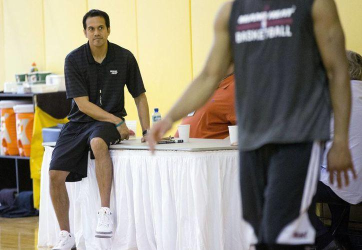 Los jugadores de los Heats de Miami entrenan mientras son observados por su entrenador Erik Spoelstra. (AP)