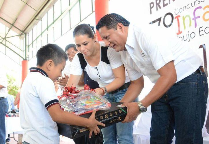 El presidente municipal, Gabriel Carballo Tadeo y la presidenta del DIF municipal, Alejandra Novelo de Carballo premiaron a los menores. (Harold Alcocer/SIPSE)