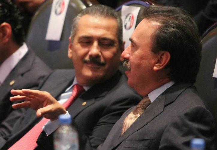 Manlio Fabio Beltrones y Emilio Gamboa Patrón dialogan durante el pleno de la Comisión Permanente en la Cámara de Diputados. (Archivo Notimex)