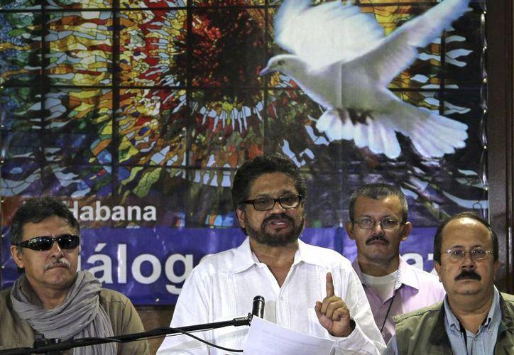 Iván Márquez, centro, principal negociador de las FARC, da una conferencia de prensa al término de una ronda de las negociaciones de paz con el gobierno colombiano en La Habana, Cuba. (Agencias)