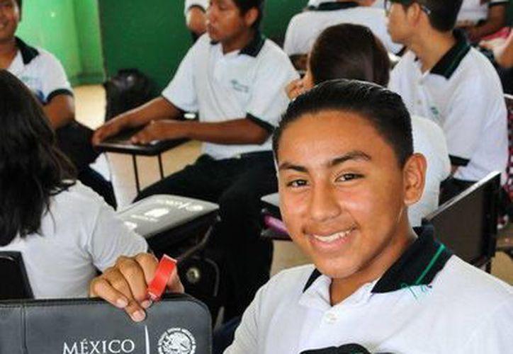 Los estudiantes recibieron las carpetas escolares para incentivarlos a mejorar su desarrollo estudiantil. (Redacción/SIPSE)