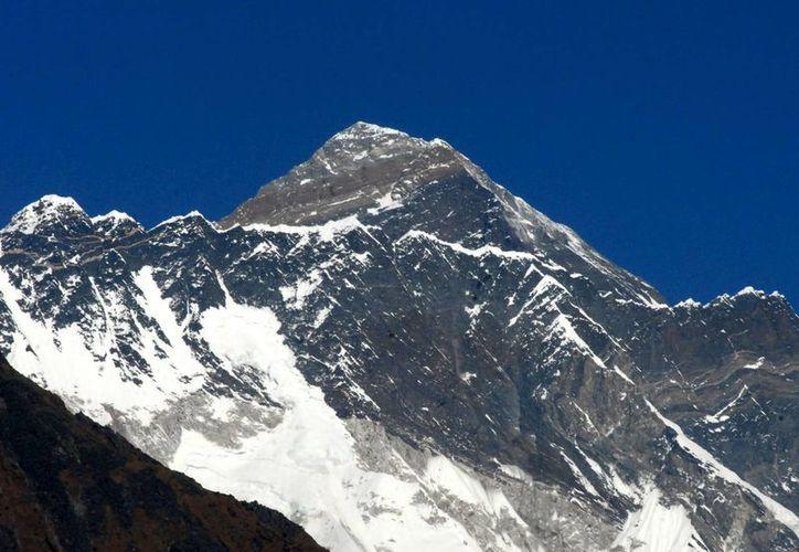 La pareja que aseguró haber conquistado el Everest trabajan como policías en la India. Vista del Monte Everest. (EFE/Archivo)