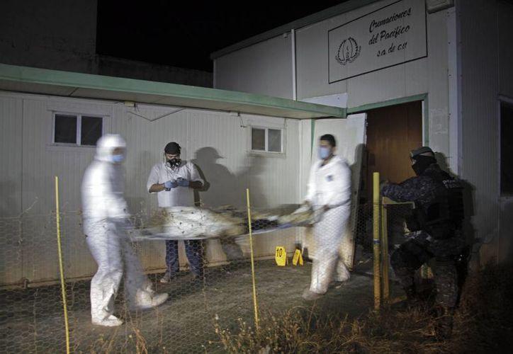 La Fiscalía del Estado de Guerrero trabaja a marchas forzadas para identificar los cadáveres. (AP)