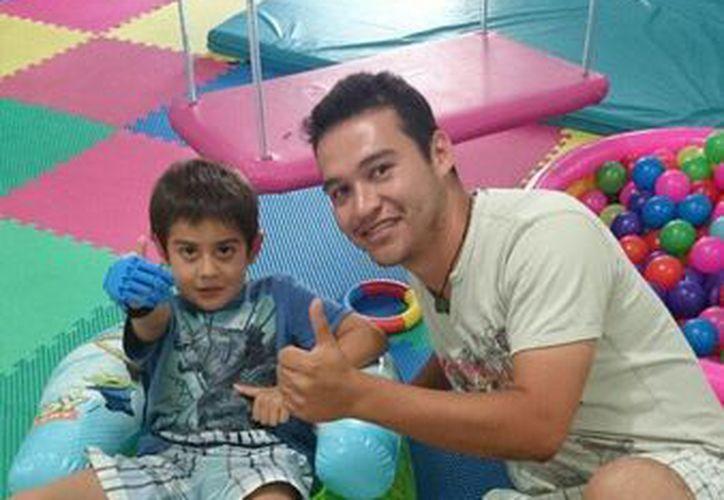 Niño cancunense recibe prótesis hecha en impresora 3D