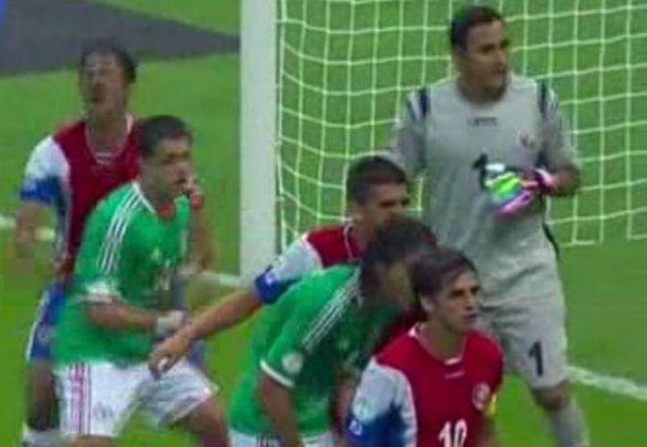La acción le costó una tarjeta amarilla al delantero de México. (Foto: Marca)