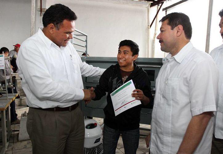 Ayer, el Gobernador entregó en Motul apoyos para la capacitación laboral y generación de proyectos de autoempleo. (Cortesía)